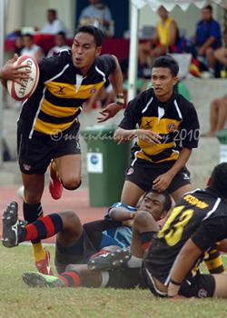 Azizan Abdul (yellow with ball), Scorpion Putrajaya Rugby Club