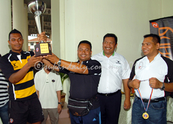 Mohsin Abdullah (black/yellow) and Azmir Kamsar with challenge trophy