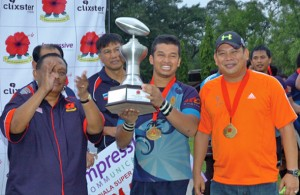 Ketua Pasukan SSTMI Mohd Akmal Abdul Manaf(tengah) bersama Pengurus Pasukan Razbi Abdul Razak(kanan) dengan Piala Kejohanan Ragbi Super Cup KRM - Piala Tan Sri Dato Wira Abdul Halim bin Karim. - FOTO: Sukandaily
