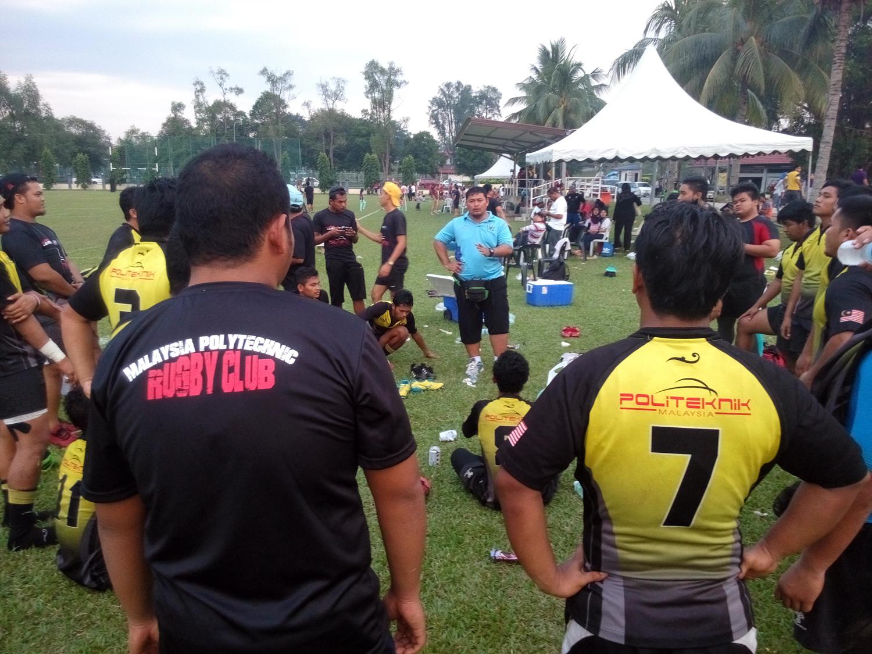 Mohd Shafie bin Osman(tshirt biru) sewaktu menyampaikan taklimat kepada para pemain Politeknik Malaysia di padang A, Universiti Putra Malaysia, Serdang.
