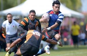 Fullback RMAF Blackhawks; Azizan Abdul cuba menyekat pergerakkan pemain UiTM Lions semasa perlawanan peringkat kumpulan A Kejohanan Liga Super Kesatuan Ragbi Malaysia 2015 di padang A Universiti Putra Malaysia, Serdang. Foto - Sukandaily