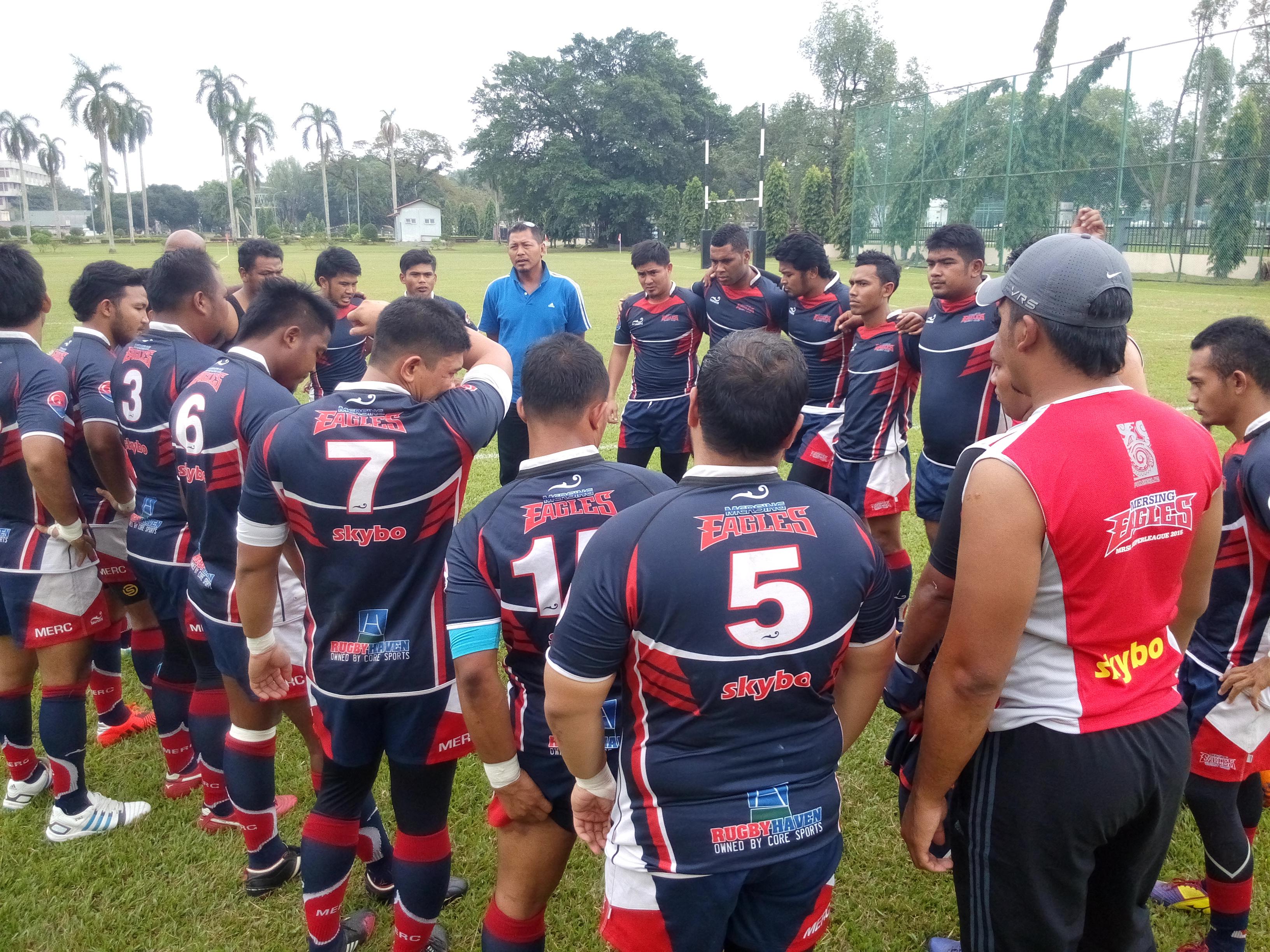 Badrul Hisham Jamaludin(tshirt biru) memberi taklimat kepada pasukan Mersing Eagles sebelum perlawanan bermula.