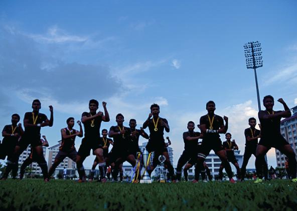'HAKA' oleh Kolej Melayu Kuala Kangsar Juara Malaysian Super Six Schools Rugby Fifteens 2014 setelah menewaskan Sekolah Tuanku Abdul Rahman Ipoh 17 berbalas 7 di Stadium Inspen Kampus 2, Bangi.- FOTO: Sukandaily