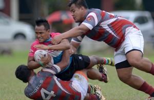 Pemain pemain Serdang Angels berjaya melakukan tumbangan keatas winger Keris Conlay, Johari bin Omar Junit(tengah) dalam pertemuan peringkat awal Kumpulan B Kejohanan Liga Super Kesatuan Ragbi Malaysia 2015 yang telah berlangsung di padang A, Universiti Putra Malaysia, Serdang. FOTO – Sukandaily