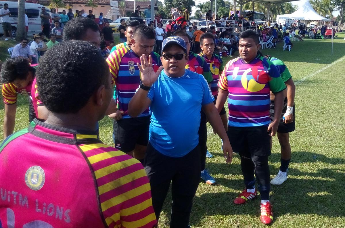 Zamri bin Abdul Kahar(tshirt biru) selaku pengurus merangkap jurulatih bagi pasukan UiTM Lions pada perlawanan kedua mereka menentang pasukan SSTMI Tsunami dalam Kejohanan Liga Super Kesatuan Ragbi Malaysia 2015. FOTO – Sukandaily