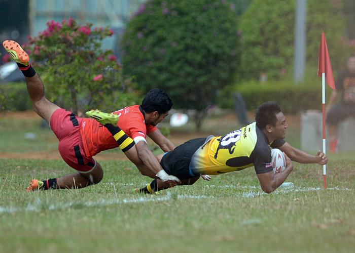 Pemain center Perak Muhammad Hakim bin Abu Hasan(kanan) melakukan try diminit minit akhir permainan bagi memastikan kemenangan untuk pasukannya diKejohanan Ragbi Piala Agong yang telah berlangsung di padang A, Universiti Putra Malaysia, Serdang. Kredit Foto - Sukandaily