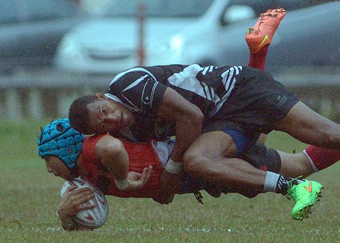 Pemain center Terengganu(hitam) Suliano Volivolituevei berjaya melakukan tumbangan keatas flyhalf Selangor Muhammad Siddiq Amir bin Jalil(merah) semasa perlawanan Kumpulan A Kejohanan Ragbi Piala Agong yang telah diadakan di padang A, Universiti Putra Malaysia Serdang. Kredit Foto - Sukandaily
