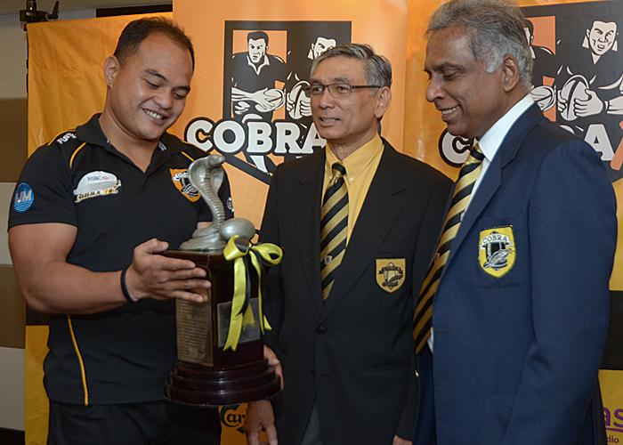 Piala Kejohanan Cobra 10s yang menjadi rebutan 16 pasukan pada edisi kali ini. Foto Kredit - Sukandaily