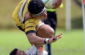 Ketua Pasukan Politeknik Malaysia, Mohd Amer Aswad melakukan tumbangan ke atas pemain COBRA(kuning) di Kejohanan Ragbi Liga Super yang telah berlangsung di padang Universiti Kebangsaan Malaysia, Bangi. Kredit Foto - Sukandaily