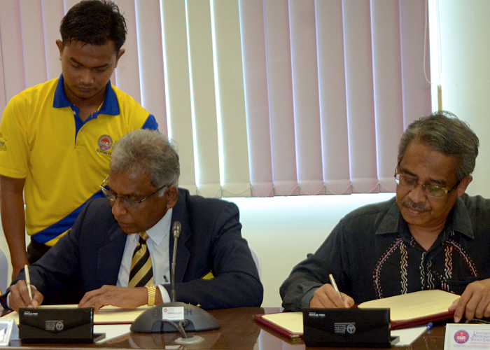 Presiden Kelab Ragbi COBRA Lt.Kol.(B) Tommy Pereira(kiri) dan Y.Bhg. Profesor Dato' Dr. Zakaria Kasa(kanan) menandatangi Memorandum Persefahaman di antara Fakulti Sains Sukan dan Kejurulatihan UPSI dengan Kelab Ragbi COBRA yang telah di adakan di Bilik Mesyuarat FSSK UPSI, Tanjung Malim. Kredit Foto - Sukandaily