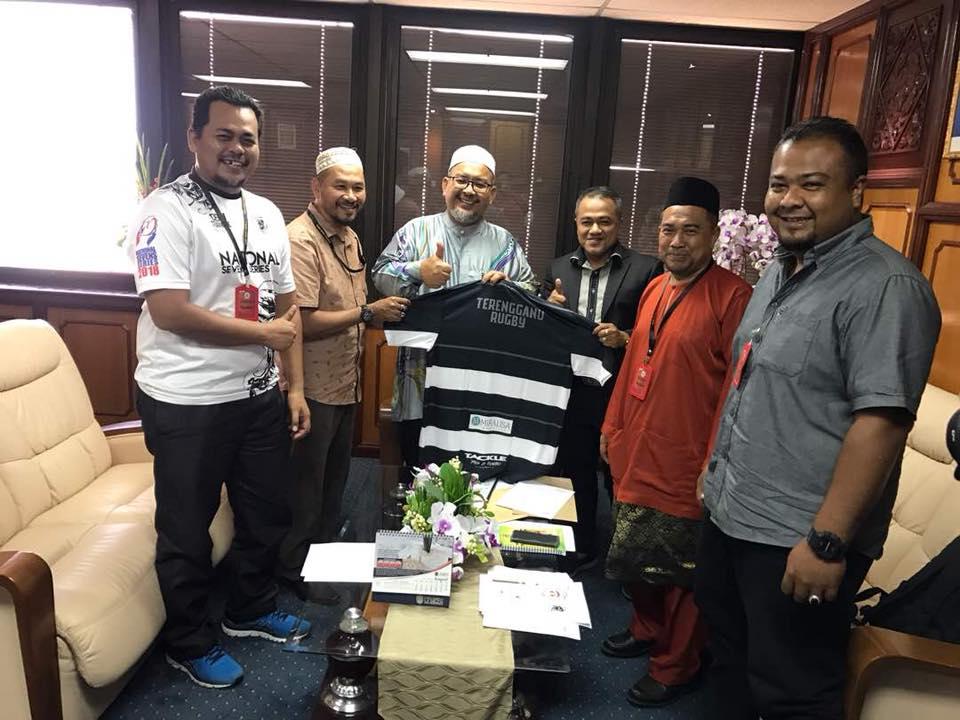 Exco Pembangunan Belia, Sukan dan Badan Bukan Kerajaan Negeri Terengganu; YB Ustaz Wan Sukairi Wan Abdullah(tiga dari kiri) bersama jawatankuasa Persatuan Ragbi Negeri Terengganu. Kredit Foto - Facebook.com/PRAGBINT