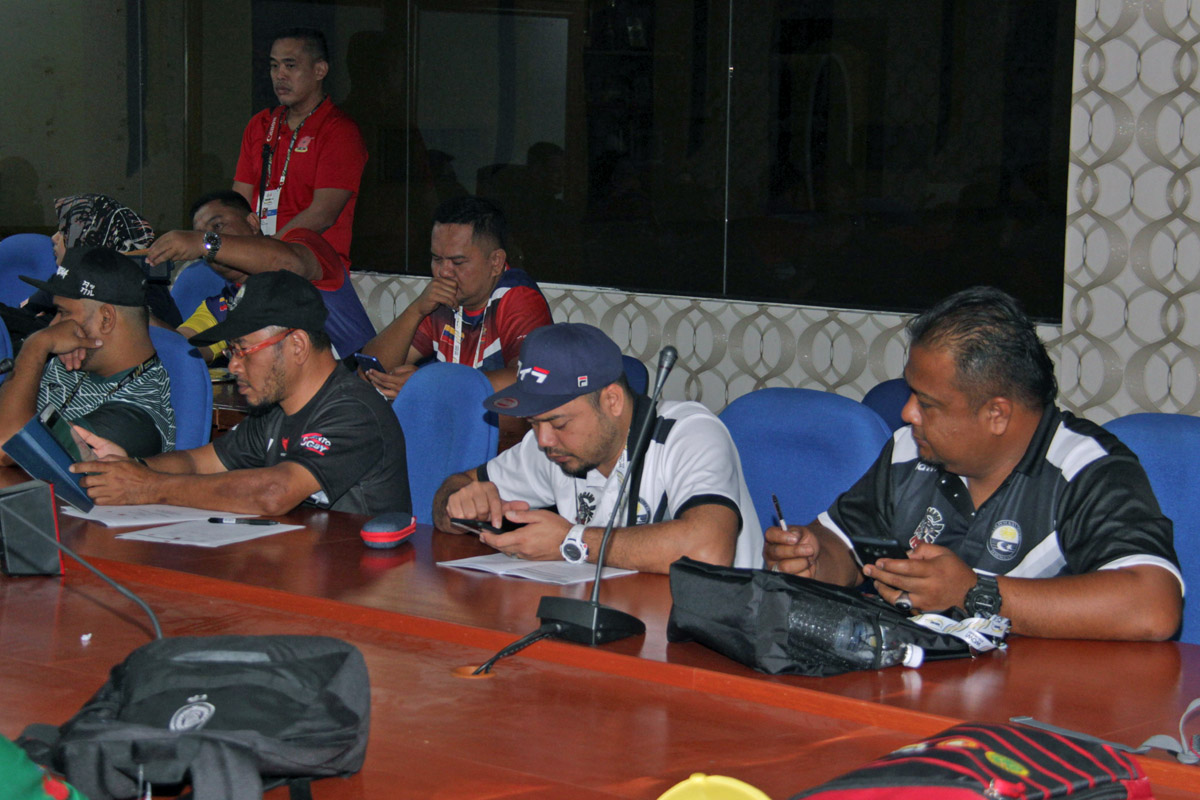 Wakil dari Persatuan Ragbi Negeri Terengganu yang hadir ke mesyuarat pengurus pasukan ragbi bagi temasya SUKMA Perak 2018 yang telah berlansung di Wisma Majlis Sukan Negeri Terengganu. Barisan hadapan dua dari kiri; Pengurus pasukan ragbi wanita - Che Mohd Zulkarnain, Pengurus Sukan Ragbi Majlis Sukan Negeri Terengganu - Mohd Rozman bin Muktar dan pengurus pasukan ragbi lelaki - Enche Mohd Amirulmukminin bin Sulaiman. Kredit Foto - Sukandaily