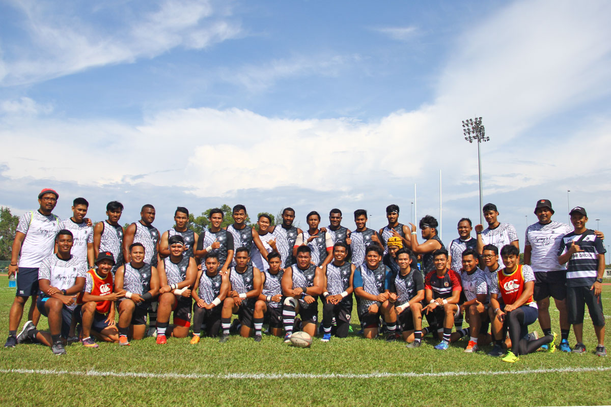 Barisan para pemain bersama jurulatih & pegawai Persatuan Ragbi Negeri Terengganu yang membawa cabaran dalam kejohanan ragbi Piala Agong 2018 edisi ke-36. Kredit Foto – Sukandaily