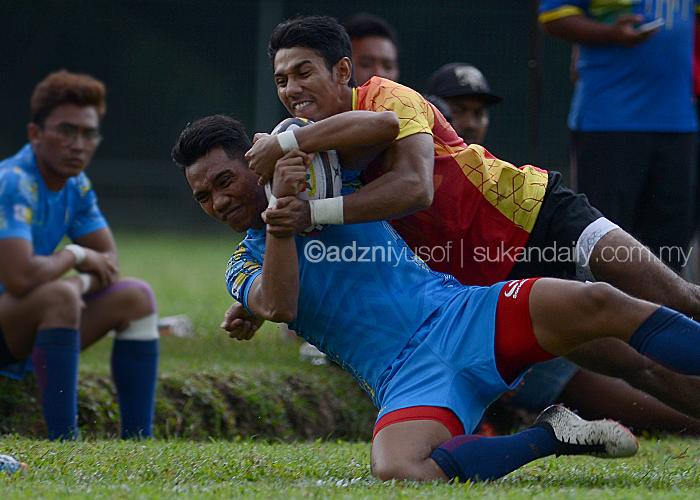 Cubaan untuk melakukan try oleh pemain Pulau Pinang(biru) berjaya disekat oleh lawannya dari pasukan Selangor dalam perlawanan pembukaan Divisyen 2 Kejohanan Ragbi Piala Agong 2018 Ke-36 yang berlangsung di Padang Utara, Petaling Jaya. Kredit Foto – Sukandaily