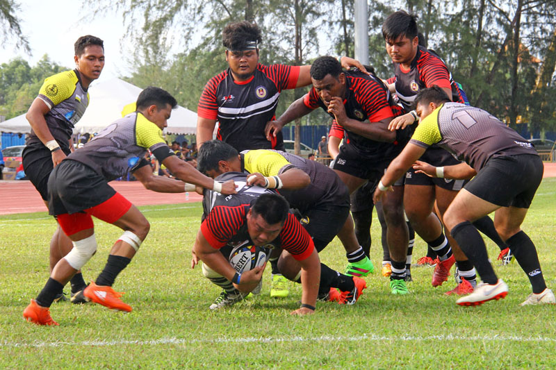Aksi pemain prop Terengganu; Lawrence Petrus untuk membuat jatuhan try ke-10 pada minit ke-69 permainan dalam aksi sulung menentang Perak dalam kempen kejohanan ragbi Piala Agong 2018 edisi ke-36. Kredit Foto - Sukandaily