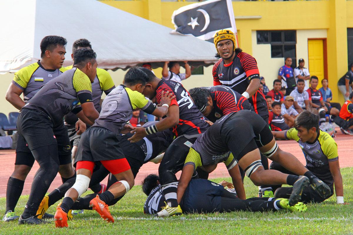 Aksi kapten pasukan Terengganu; Mohamad Nasharuddin bin Ismail(pelindung kepala kuning) bermain di posisi scrum half dalam perlawanan sulung menentang Perak bertempat di padang ragbi Mini Stadium Kompleks Sukan Negeri Terengganu. Kredit Foto – Sukandaily